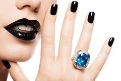 Makro- Schuss der Lippen und der Nägel einer Frau malte helles Farbe-blac Lizenzfreies Stockbild