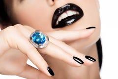 Makro- Schuss der Lippen und der Nägel einer Frau malte helles Farbe-blac stockfotografie