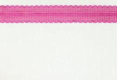 Makro schwarze Spitze unter rosafarbenem Glas lizenzfreies stockfoto