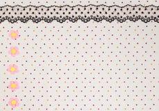 Makro schwarze Spitze unter rosafarbenem Glas lizenzfreie stockfotos