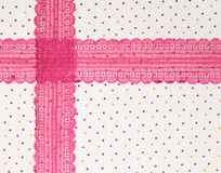 Makro schwarze Spitze unter rosafarbenem Glas stockfoto