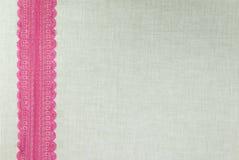 Makro schwarze Spitze unter rosafarbenem Glas stockfotos