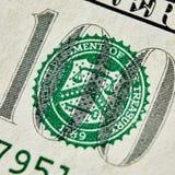 Makro som är nära upp av dollarräkningen för USA 100 Arkivbilder
