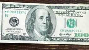 Makro som skjutas av en 100 dollar Benjamin Franklin som visad på räkningen lager videofilmer