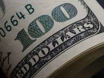 Makro som skjutas av en 100 dollar Dollar Closeupbegrepp Amerikanska dollar kassapengar sedeldollar hundra en Royaltyfri Bild