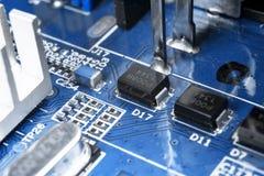 Makro som skjutas av str?mkretsbr?de med motst?ndsmikrochipers och elektroniska delar Datormaskinvaruteknologi Integrerat communi royaltyfri foto