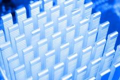 Makro som skjutas av str?mkretsbr?de med motst?ndsmikrochipers och elektroniska delar Datormaskinvaruteknologi Integrerat communi arkivbild