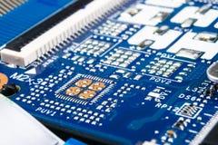 Makro som skjutas av str?mkretsbr?de med motst?ndsmikrochipers och elektroniska delar Datormaskinvaruteknologi Integrerat communi arkivfoton