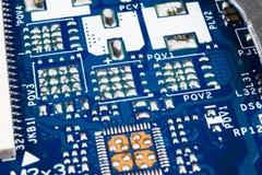 Makro som skjutas av str?mkretsbr?de med motst?ndsmikrochipers och elektroniska delar Datormaskinvaruteknologi Integrerat communi royaltyfria foton