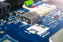 Makro som skjutas av str?mkretsbr?de med motst?ndsmikrochipers och elektroniska delar Datormaskinvaruteknologi Integrerat communi arkivfoto