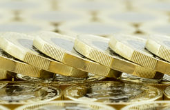 Makro- spadać sterta nowy jeden Brytyjski funtowe monety Obraz Stock