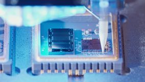 Makro- strzał łączy druty mikroukład przy wysoką prędkością druciany bonder zdjęcie wideo