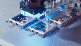 Makro- strzał łączy druty mikroukład przy wysoką prędkością druciany bonder zbiory wideo