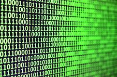Makro- strzał binarny kod na monitorze biurowy komputer Pojęcie programisty ` s praca Przepływ cyfrowy informa Obraz Stock