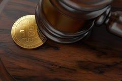 Makro- strzał Bitcoin i sędziego młot na drewnianej powierzchni Zdjęcie Stock