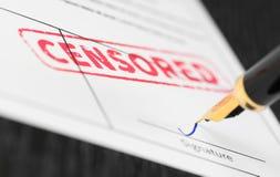Makro- strzał cenzurujący czerwień znaczek i fontanny pióro na formie Zdjęcie Stock