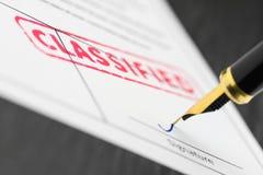 Makro- strzał klasyfikujący czerwień znaczek i fontanny pióro na formie Obraz Stock