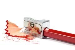 Makro- strzał Kruszcowego Ołówkowej ostrzarki ostrzenia Czerwony ołówek Odizolowywający na bielu obrazy stock