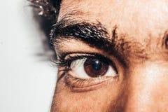 Makro- strzał młody man& x27; s oko: Ludzki oko z ukosa, zakończenie obraz stock