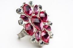 Makro- strzał sfałszowany rubby pierścionek na biel. Obrazy Royalty Free