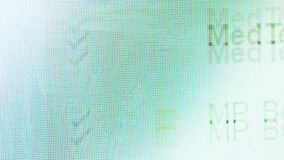 Makro- strzał wyszukuje na komputerowym monitorze emaila inbox zbiory wideo