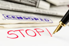 Makro- strzał znaczek, pióro i gazeta cenzurujący, Obrazy Royalty Free