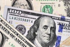 Makro- strzał nowi 100 dolarowych rachunków i jeden dolar Obraz Stock