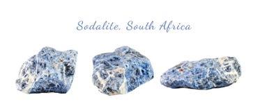 Makro- strzelanina naturalny gemstone Surowy kopalny sodalite, Południowa Afryka Na biały tle odosobniony przedmiot Obrazy Royalty Free