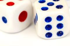 Makro- studio Strzelający Dwa Białego Plastikowego kostka do gry Zdjęcia Royalty Free