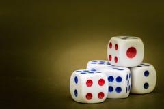 Makro- studio Strzelający Pięć Białych Plastikowych kostka do gry Zdjęcie Royalty Free