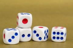 Makro- studio Strzelający Pięć Białych Plastikowych kostka do gry Zdjęcia Stock