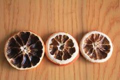 Makro- suche pomarańcze na drewnianym stole Fotografia Royalty Free