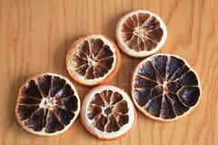 Makro- suche pomarańcze na drewnianym stole Obrazy Stock
