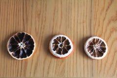 Makro- suche pomarańcze na drewnianym stole Zdjęcie Stock