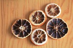 Makro- suche pomarańcze na drewnianym stole Obraz Royalty Free