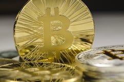 Makro szczegół błyszcząca złocista Bitcoin moneta Zdjęcia Royalty Free