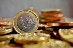 Makro- szczegół stos monety na drewnianej powierzchni z złotą euro monetą i srebrem oddzielał od innego kruszcowego menniczego cu Fotografia Royalty Free