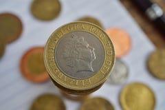 Makro- szczegół złota moneta w wartości dwa Brytyjskiego funta Sterling na wierzchołku monety ` stos i srebro Zdjęcie Royalty Free