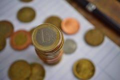 Makro- szczegół złota moneta w wartości jeden Euro Europejska waluta i srebro, EUR na wierzchołku monety ` stos Zdjęcie Royalty Free