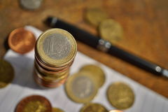Makro- szczegół złota moneta w wartości jeden Euro Europejska waluta i srebro, EUR na wierzchołku monety ` stos Fotografia Stock