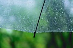 Makro- tekstura podeszczowe kropelki na jasnym plastikowym parasolu fotografia stock