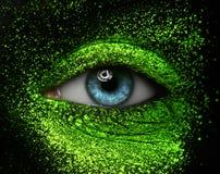 Makro- und kreatives Make-upthema der Nahaufnahme: schöne weibliche Augen Lizenzfreies Stockbild