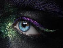 Makro- und kreatives Make-upthema der Nahaufnahme: schöne weibliche Augen Stockfotografie