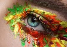 Makro- und kreatives Make-upthema der Nahaufnahme: schöne weibliche Augen Lizenzfreie Stockbilder