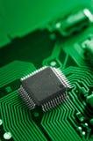 Makro von Brett-PWB der elektronischen Schaltung im Grün Stockfoto