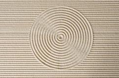 Makro von drei band Steine auf geharktem Sand an Stockfotos