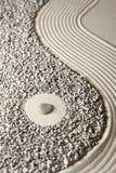 Makro von drei band Steine auf geharktem Sand an lizenzfreie stockfotos