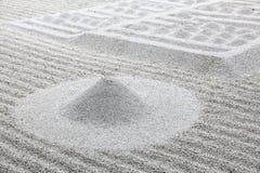 Makro von drei band Steine auf geharktem Sand an lizenzfreie stockbilder