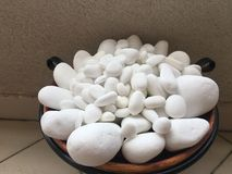 Makro von drei band Steine auf geharktem Sand an Stockfotografie