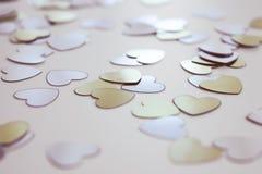 Makro von Herz-förmigen Pailletten stockfotografie